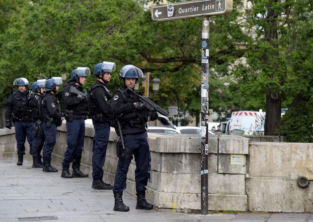 Notre-Dame de Paris: les infos sur l'agression contre un policier sur le parvis de la