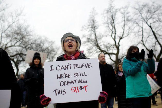 Une manifestante tient une pancarte lors d'une mobilisation contre les