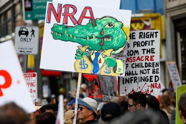 Pancarte pendant un rassemblement contre les armes à feu, le 24, mars