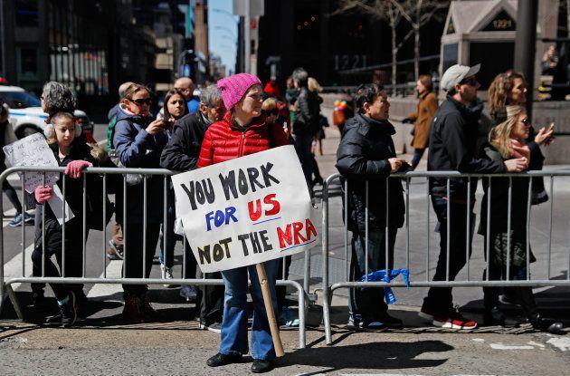 Une femme manifeste contre les armes à feu et la NRA aux