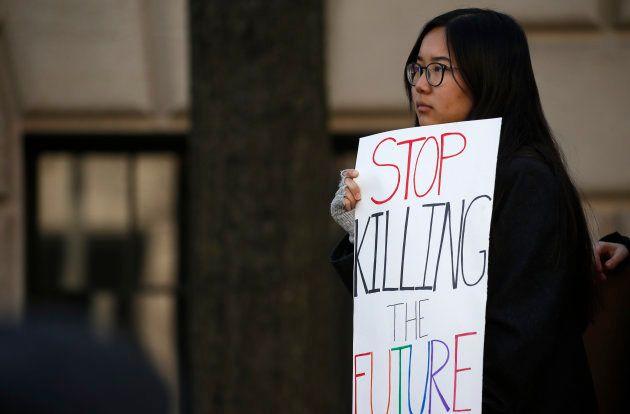 Une participante à un rassemblement anti-armes aux