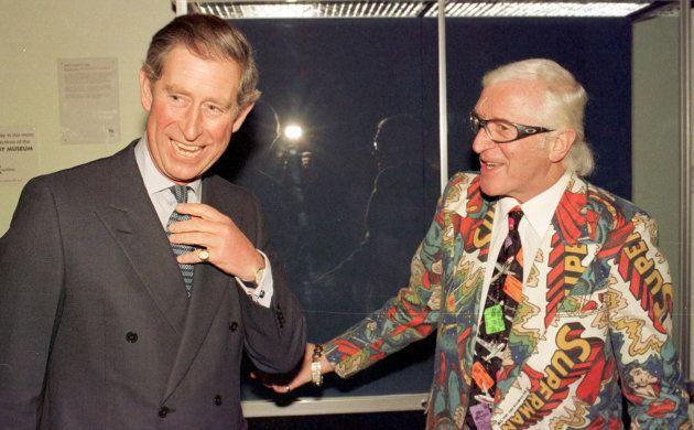 Le prince de Galles, parrain de la Fondation des forces armées britanniques, plaisante avec l'animateur...