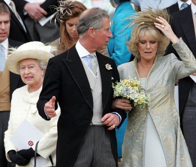 La moue de la Reine Elizabeth lors du mariage du Prince Charles et Camilla en dit