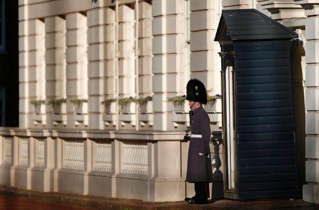 Clarence House, la résidence officielle du prince Charles, serait peuplée d'une pléthore de valets de