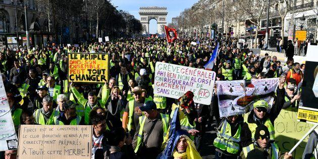 Des gilets jaunes manifestant à Paris le 16 février