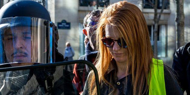 Ingrid Levavasseur escortée par des policiers près de la tour Eiffel à Paris lors de l'acte XIV des gilets...