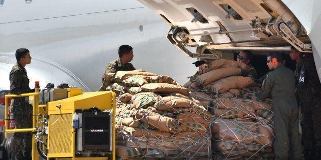 Les civils visés tentaient de garantir que l'aide humanitaire internationale -ici déchargée par des soldats...