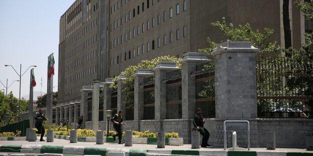 Le bâtiment du Parlement iranien à Téhéran durant les attaques le 7 juin