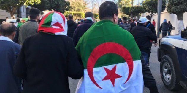 Un homme et une femme vêtus du drapeau algérien lors des manifestations contre un 5e mandat de Abdelaziz...