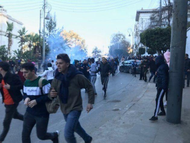 Des manifestants fuient l'assaut de la police, rue de