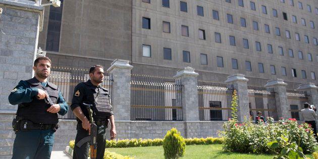 Deux officiers en poste devant le Parlement iranien, quelques heures après