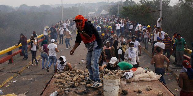Des opposants à Nicolas Maduro affrontent les forces de l'ordre vénézuéliennes sur le pont Francisco...