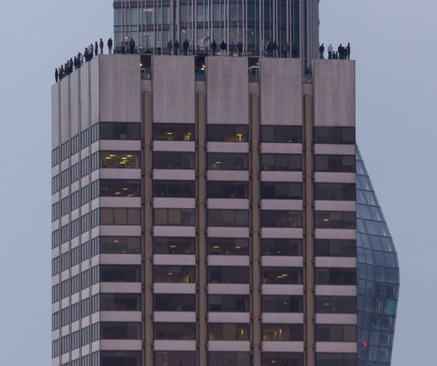 À Londres, 84 statues installées sur le toit d'une tour pour sensibiliser au