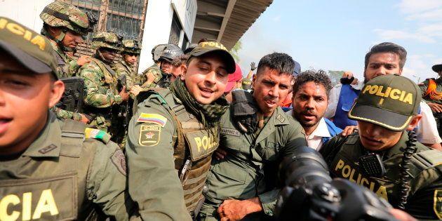 Au Venezuela, une centaine de militaires et policiers ont déserté (Photo d'un soldat vénézuélien escorté...