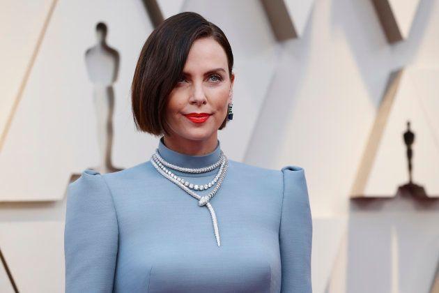 Aux Oscars 2019, Charlize Theron enchante le tapis rouge avec son nouveau