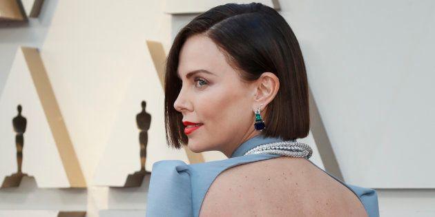 Aux Oscars 2019, Charlize Theron éblouissante sur le tapis rouge avec son nouveau