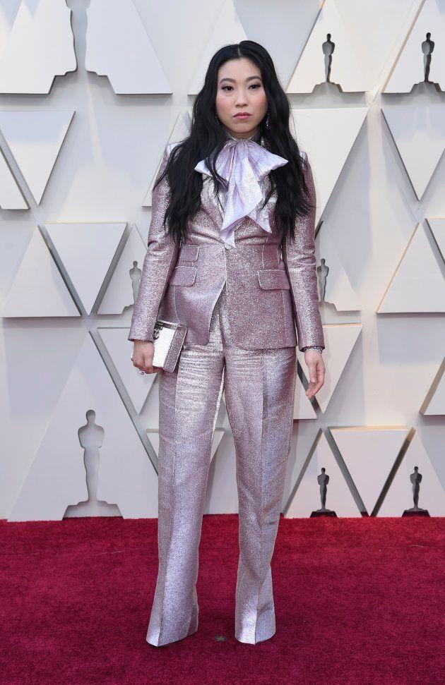Awkwafina en tailleur pantalon sur le tapis rouge des Oscars, le 24 février 2019