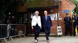 Élections en Grande Bretagne: May et les conservateurs en tête, mais perdent leur majorité