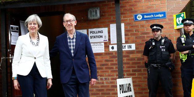 Résultat des élections en Grande Bretagne : Theresa May avec son mari lors de son