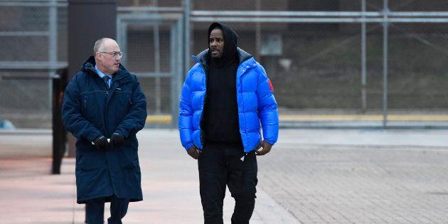 R. Kelly et son avocat quittant la prison de Chicago lundi 25