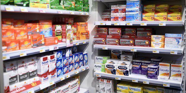 Les compléments alimentaires, un succès qui laisse la science sceptique (Les rayons d'une pharmacie française,...