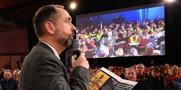 Le maire de Béziers Robert Ménard lors d'un débat avec les gilets jaunes à