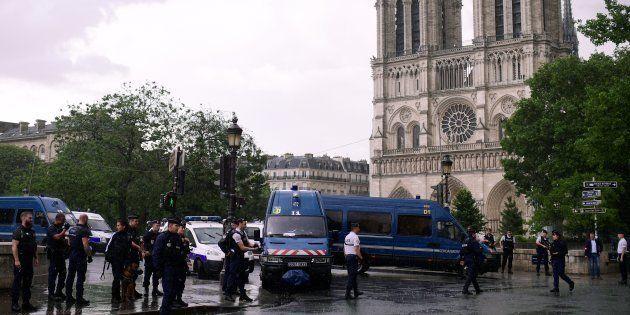 Un policier a été attaqué sur le parvis de Notre-Dame de Paris par un homme muni d'un marteau, qui a...
