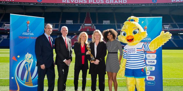 Coup d'envoi de la tournée du trophée de la Coupe du monde féminine au Parc des Princes à Paris le 24...