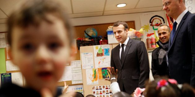 Le Président Emmanuel Macron et le ministre de l'Education Nationale Jean-Michel Blanquer lors d'une visite dans une maternelle à Paris, le 27 mars 2018.