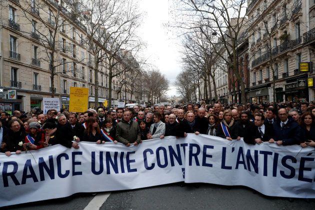Anonymes et représentants politiques lors de la marche blanche à Paris, le 28