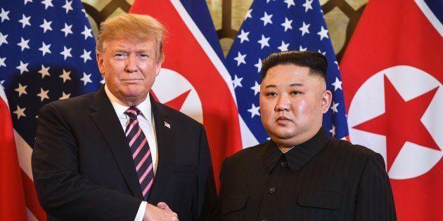 Donald Trump et Kim Jong Un se saluent à l'ouverture de leur sommet à Hanoï, au Vietnam, mercredi 27