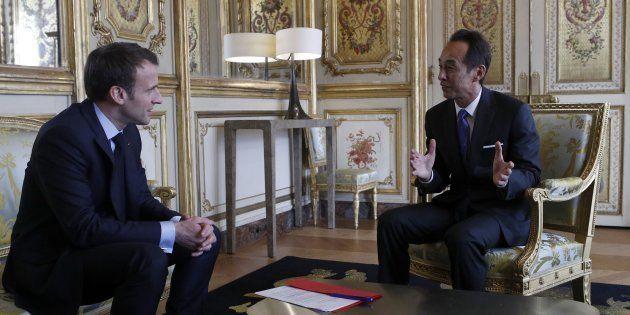 Emmanuel Macron et le directeur général de Samsung Young Sohn à l'Elysée le 28 mars