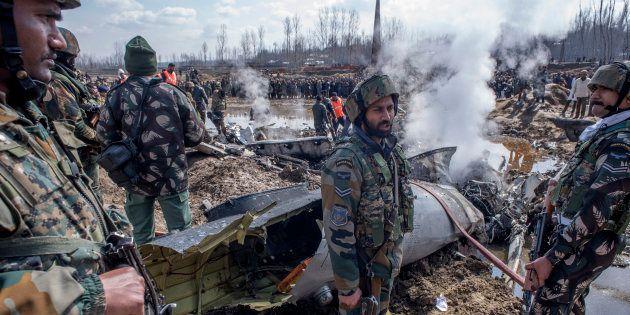 Des soldats indiens à côté des débris d'un de leurs avions, abattu au