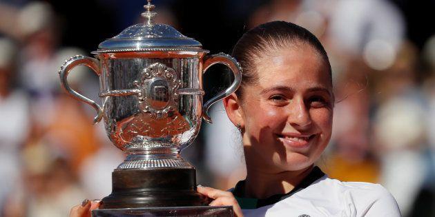 Jelena Ostapenko soulevant la coupe après sa victoire à Roland-Garros le 10 juin