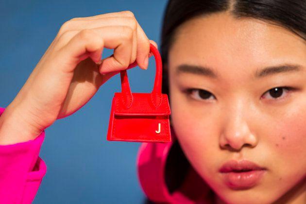 """À Paris, la marque Jacquemus  a présenté son dernier mini-sac, le """"Mini Chiquito""""."""