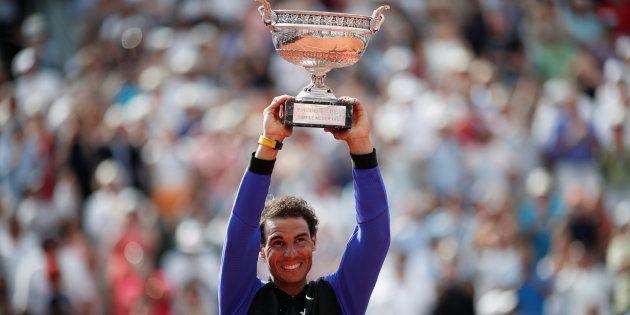 Rafael Nadal soulevant pour la dixième fois le trophée de Roland-Garros le 11 juin