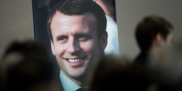 Une affiche du Président Emmanuel Macron lors d'un meeting de candidats