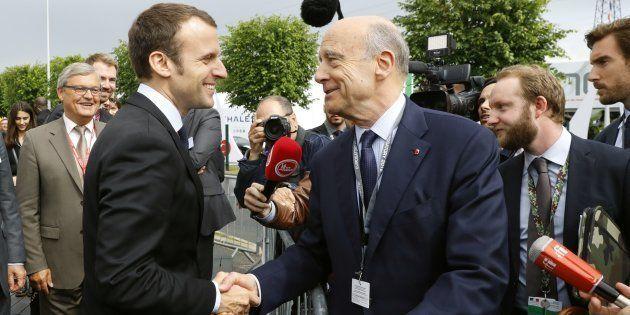 Emmanuel Macron (ici avec Alain Juppé en juin 2016 à Villepinte), se rend à Bordeaux dans le cadre du...