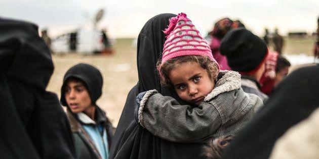 Des civils évacués de Baghouz, dernière enclave de l'EI en Syrie, qui étaient prisonniers des jihadistes,...