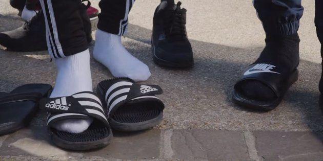 Alrima, le rappeur qui a lancé la mode des claquettes-chaussettes, explique le