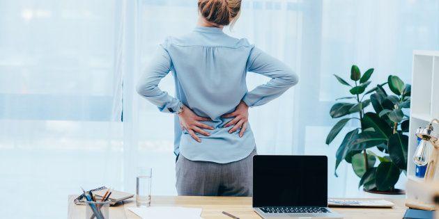 Les douleurs lombaires et abdominales violentes figurent parmi les symptômes de l'endométriose.
