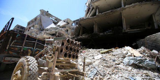 Un lance-roquette dans les décombres de la ville de Douma, le 16 avril