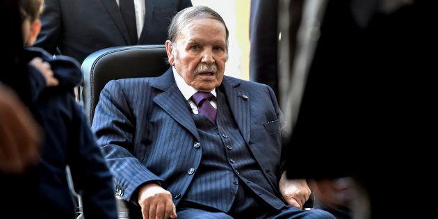 Abdelaziz Bouteflika dans un bureau de vote d'Alger le 23 novembre