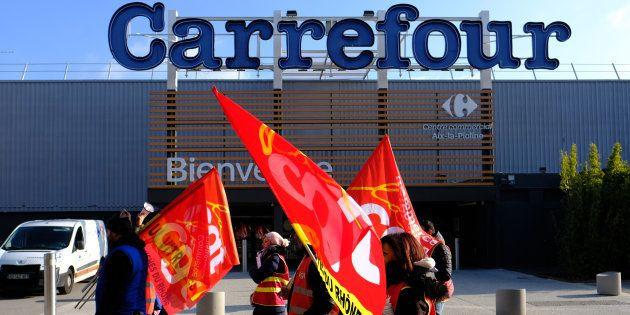Des employés de Carrefour à Aix-en-Provence manifestent devant le supermarché, le 8