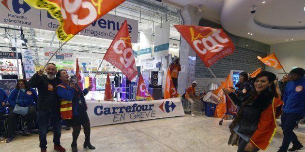 Des salariés de Carrefour devant un magasin de Marseille, le 31 mars