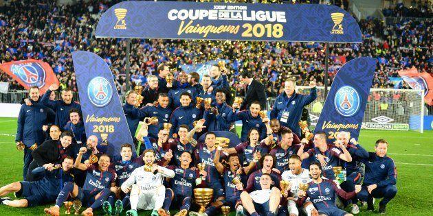 Les Parisiens célèbrent leur victoire en finale de la Coupe de la Ligue contre Monaco à Bordeaux le 31...