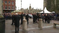Les images de la foule venue dire adieu à Stephen
