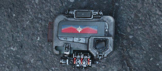 Le fameux bipeur modifié par Carol Danvers est laissé à Nick Fury en cas de pépin sur notre bonne vieille...