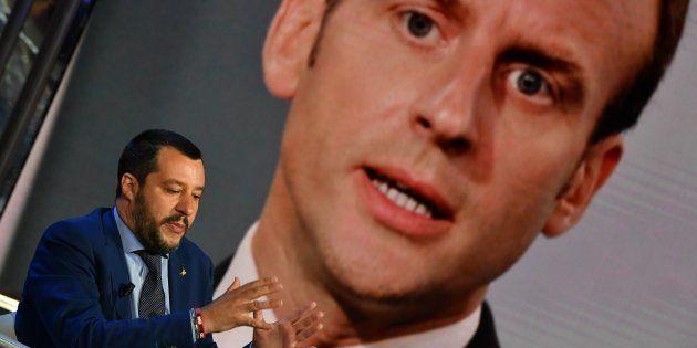 Le ministre de l'Intérieur Matteo Salvini durant l'émission 'Porta a Porta', sur la Rai, avec une photo...