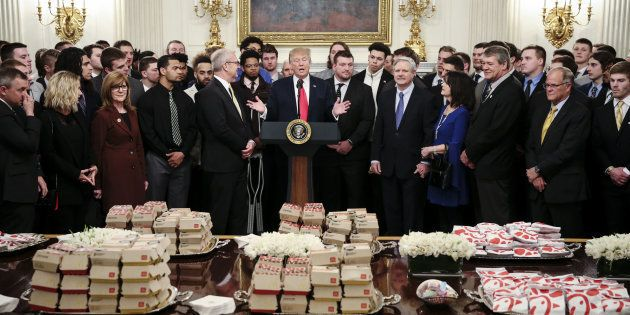 Donald Trump a reçu les footballeurs de la North Dakota State University avec du fast-food, ce 4 mars...